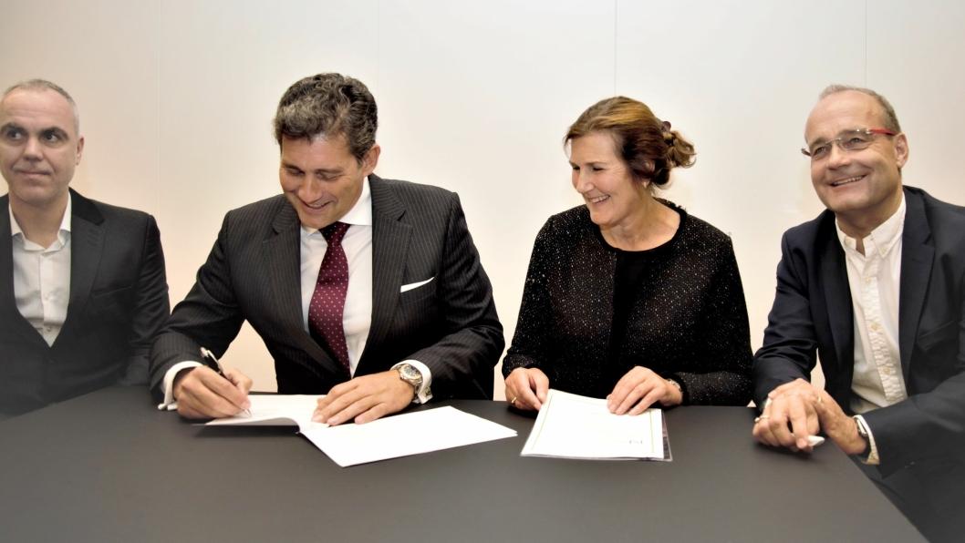 Kontrakten ble signert i Trondheim fredag 28. september. Fra venstre: Pablo Garcia Caramés (finanssjef i Acciona Construction), Joan Gil (divisjonssjef i Acciona Construction), Ingrid Dahl Hovland (adm. dir. i Nye Veier) og Johan Arnt Vatnan (prosjektdir. i Nye Veier).