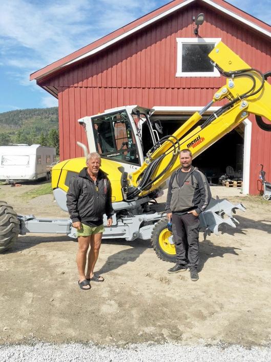 Menci Muck M2, første i Scandinavia levert til HeliTeknikk i Grong 31. juli 2018. T.v. eier Trond Eriksen og maskinfører Egil Reppen. Foto: Truls Østerud, Menzi Muck Scandinavia.