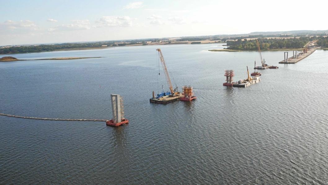 Brofundamentet over Roskildefjorden består av 16 bropilarer og to brofester. Makshøyden på broen vil være 22,2 meter. Foto: Acciona