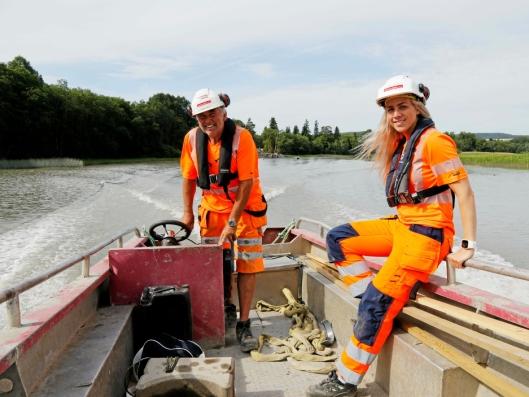 BÅT GJELDER: Fremkomstmiddelet for å komme seg til amfibiemaskinene er båt. Her er Gunnar Dahl og Anne Lena Stubberud.