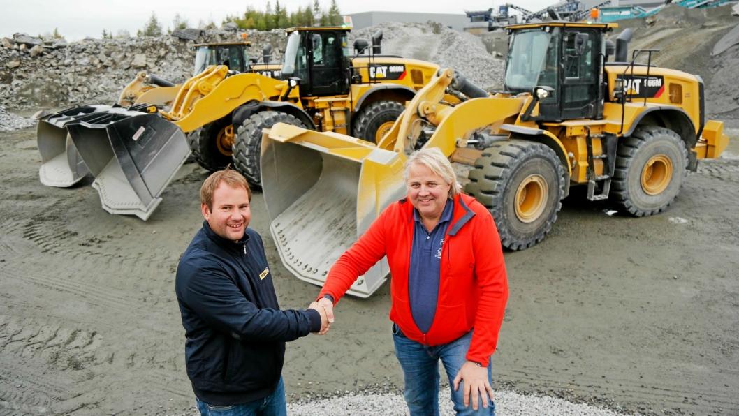 FORNYER: Lasse Jørgensen (t.h.) i Mr. Pukk AS er i en fornying av maskinparken som nå består av 17 hjullastere og 22 gravemaskiner. Pon-selger Kjetil Deinboll har solgt 13 Cat-maskiner til Mr. Pukk. Foto Klaus Eriksen