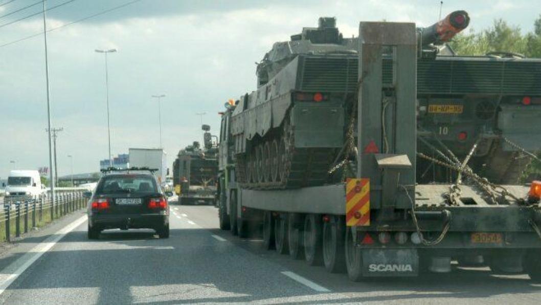 Militær kolonne. Det er ikke tillatt å legge seg inn mellom kjøretøyene som deltar i en militær kolonne. Dette går relativt geit på firefeltsvei. På tofeltsvei er det en helt annen historie.