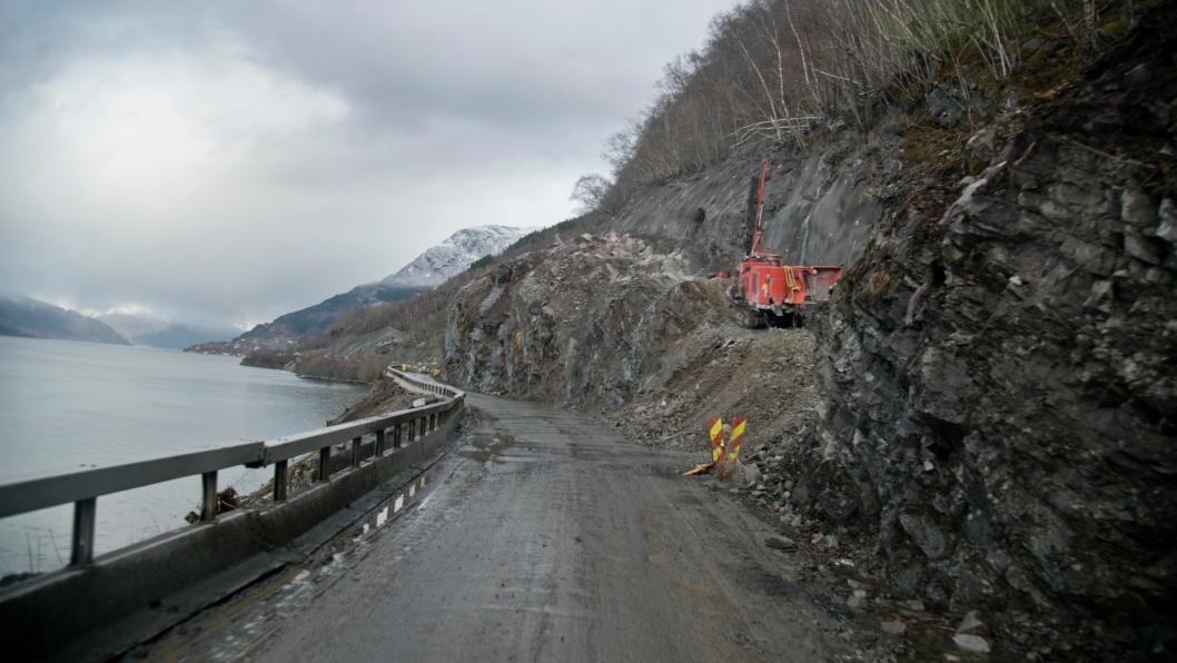Bilde av en fjellsikringsjobb for Statens vegvesen på fylkesvei 13 i Hardanger.
