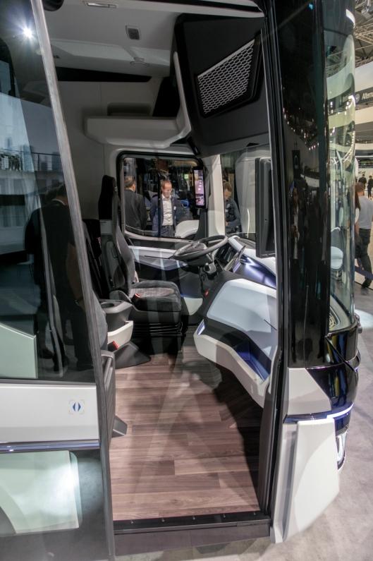 SMART: Med oppfellbart passasjersete er det enkelt for føreren å gå ut mot fortauet på høyre side og slippe farlige situasjoner på gata.