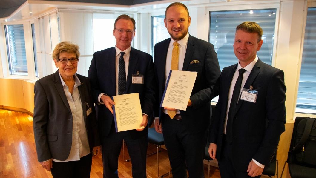 Bompengeavtale signert med Bompengeselskap Nord AS. F.v: Britt Skinstad Nordlund, nestleder i selskapet, Erling Adelstein Bortne, daglig leder i selskapet, samferdselsminister Jon Georg Dale og Frode Espen Enoksen, styreleder i selskapet.