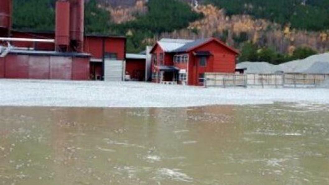 Deler av Glasopor-varelageret forsvant med flomvannet i Skjåk.