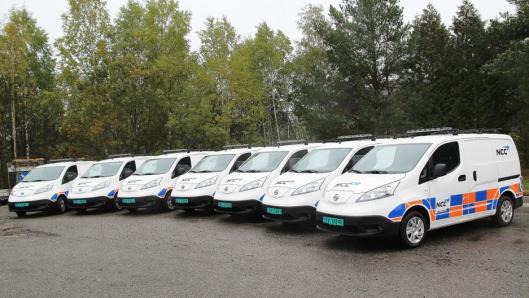 Ti flunkende nye e Nissan eNV 200 varebiler – her ved sju av dem – rulles i disse dager ut på veiene og på NCCs anlegg i hovedstadsområdet.