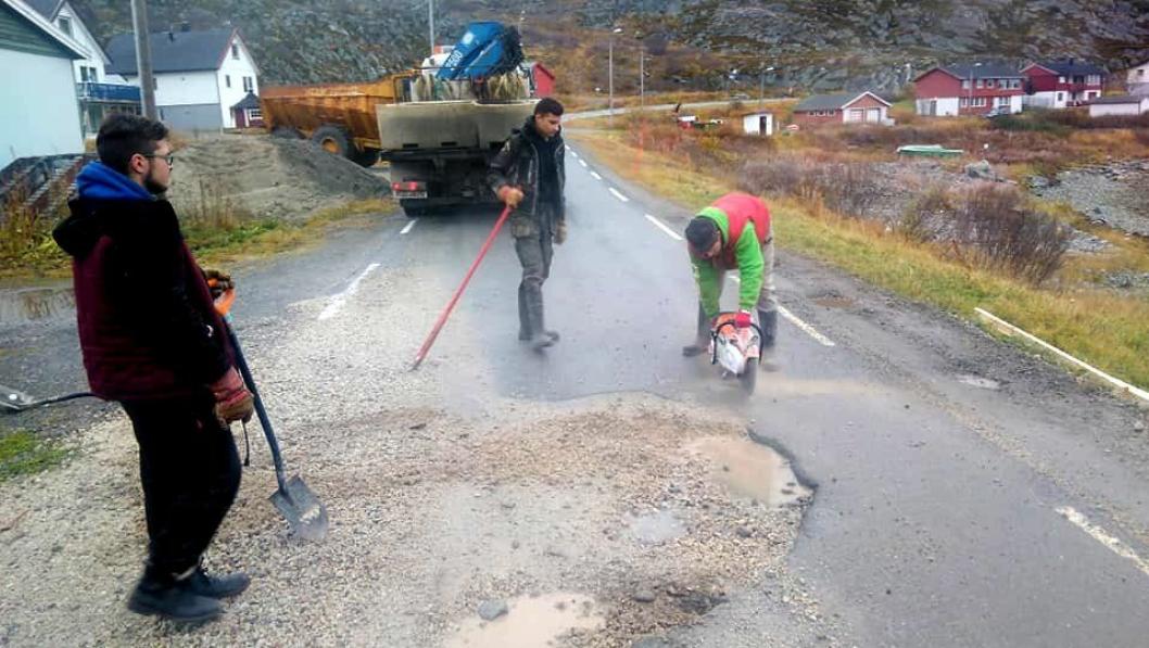 Svein Vegar Lyder og hans menn i Lebesby skaffet til veie en asfaltkutter og noen tonn asfalt for å reparere fylkesveien til det lokale fiskemottaket, Lyder Fisk.
