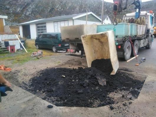 Man brukte det man hadde mye av til å frakte asfalten; fiskekasser.