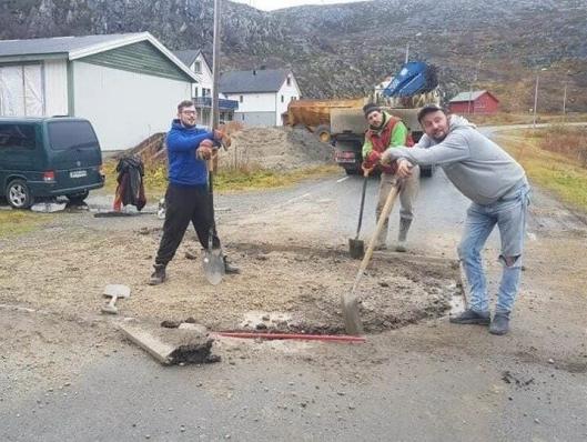 Svein Vegar Lyder (t.h.) og co. ble veiarbeidere for en halv dag.