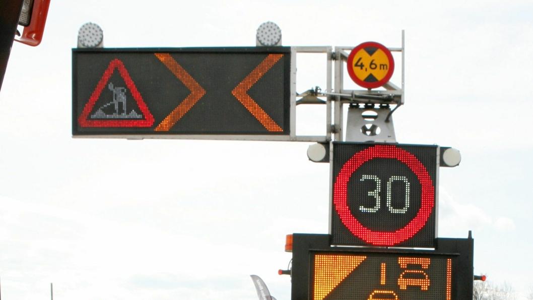 Statsråd Jon Georg Dale ber Vegdirektoratet se nærmere på praksisen med bruk av nedsatt hastighet ved veiarbeid.