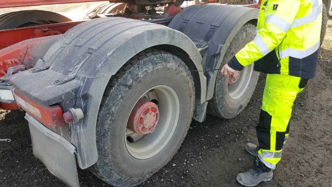 En enkel sjekk med et 90-graders armeringsjern brukes for å sikre at stein ikke blir med anleggsmaskinene ut på veiene.