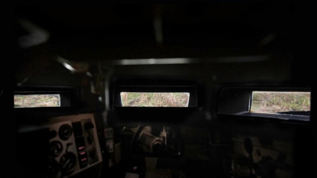 Her ser du sikten til en vognfører i stridsvogn.