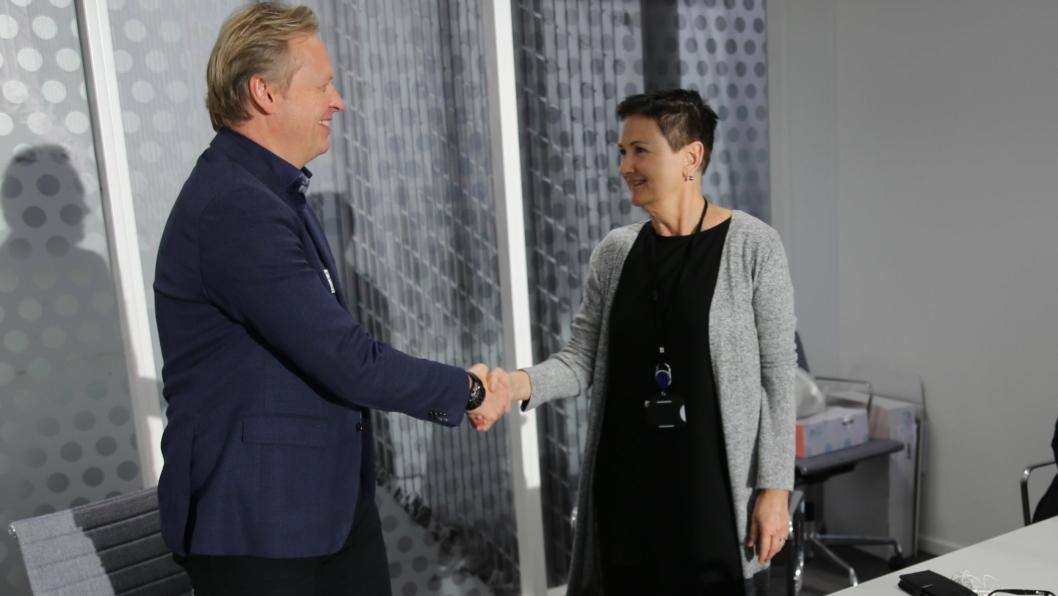 Etatsdirektør Gerd Robsahm Kjørven i Bymiljøetaten og daglig leder Hans Olav Storkås signerte mandag 22. oktober kontrakten som skal gjøre Storgata i Oslo til en trygg og hyggelig kollektivgate.