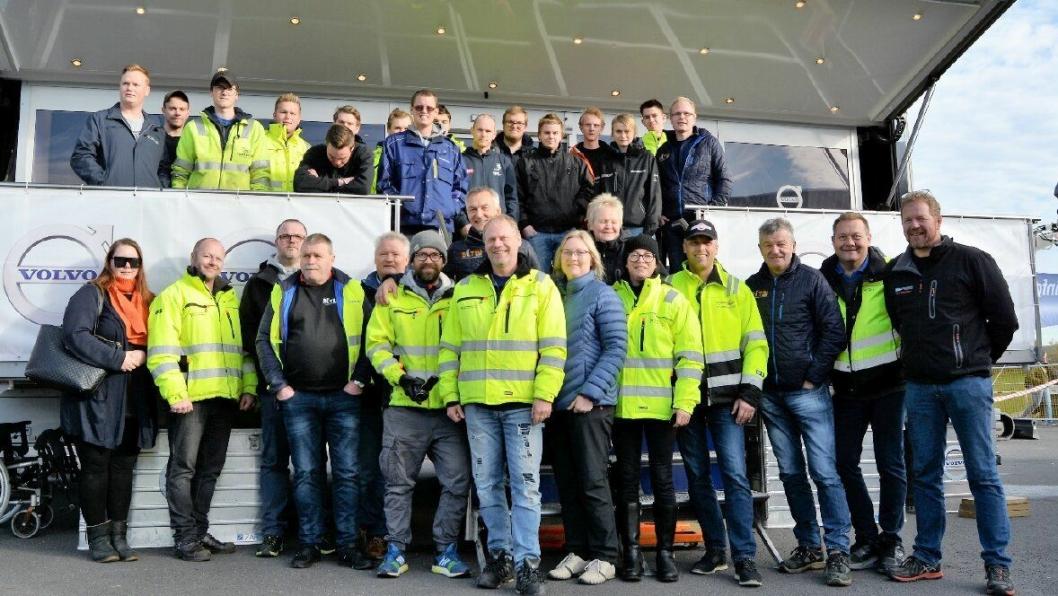 Ungdommene som deltok på toppen, dommere og arrangører på linja nedenfor. Bildet representerer sannsynligvis den beste fagkompetansen innen Yrkessjåførfaget i Norge akkurat nå.