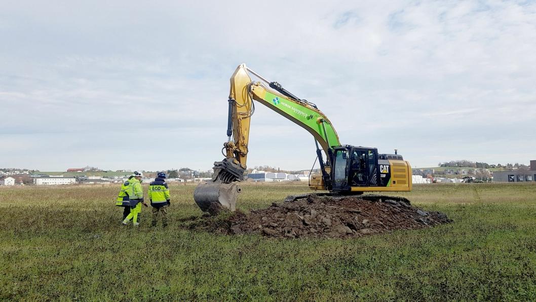 En gravemaskin fra Norsk Saneringsservice har tatt første skuffetak i den enorme jobben med å forvandle norskes eldste militære flyplass til en ny bydel i Lillestrøm, Skedsmo kommune, i Akershus.