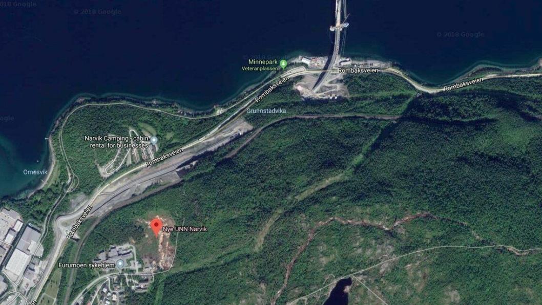 LNS skal bygge en tunnel på 600 meter mellom området ved Hålogalandsbrua (øverst på bildet) til et nytt sykehus i Narvik (merket med rødt).
