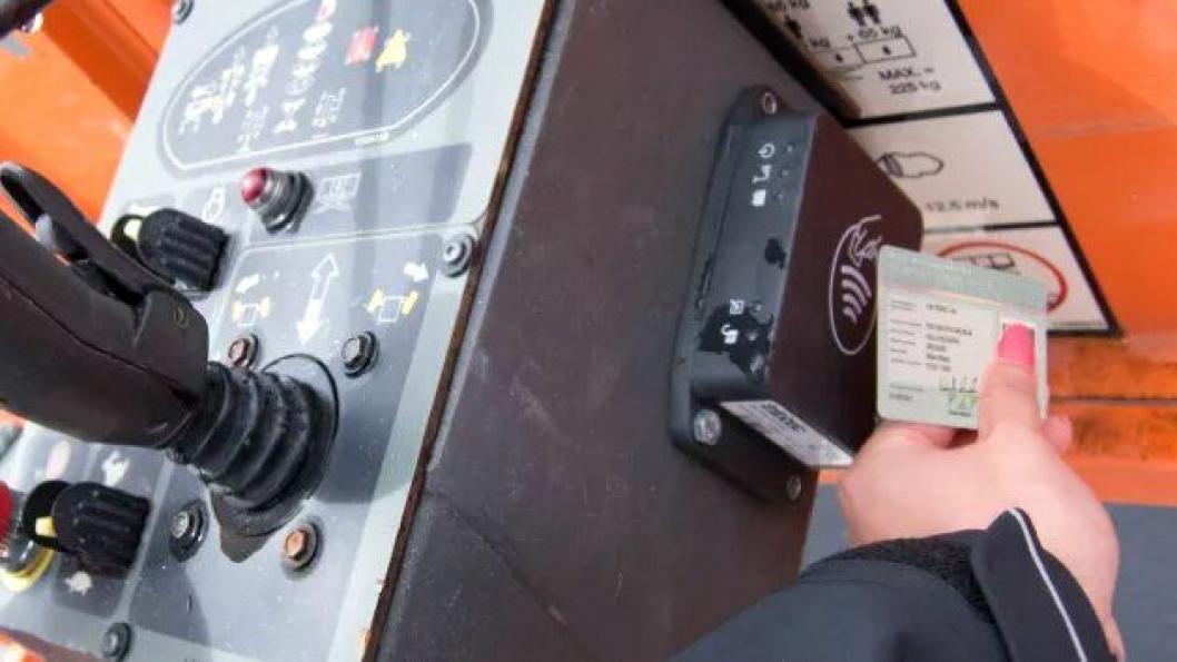Infobric AS markedsfører et maskinstyringssystem som krever HMS-kort for å starte maskiner.