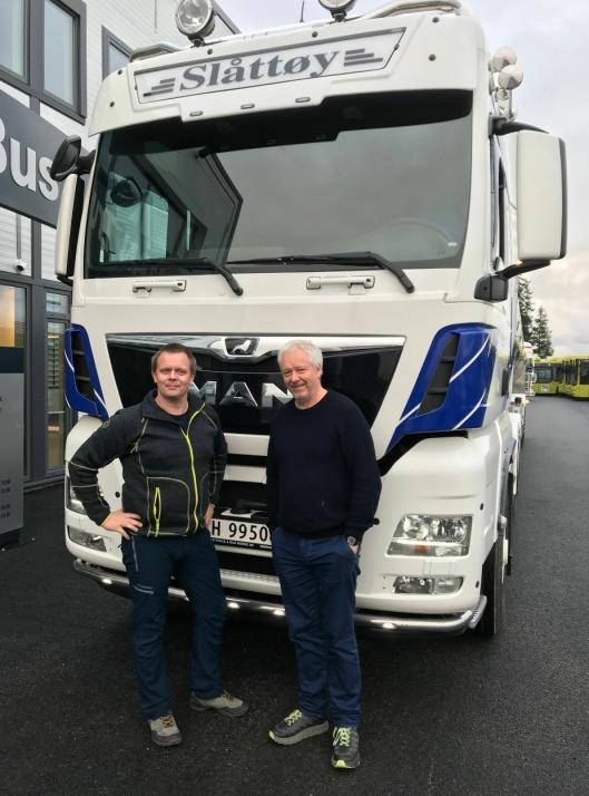 Håvard Morten Henningsen (til venstre) og Morten Høgeli er de to faste sjåførene på det nye melketankvogntoget til Hans Ivar Slåttøy Transport AS.