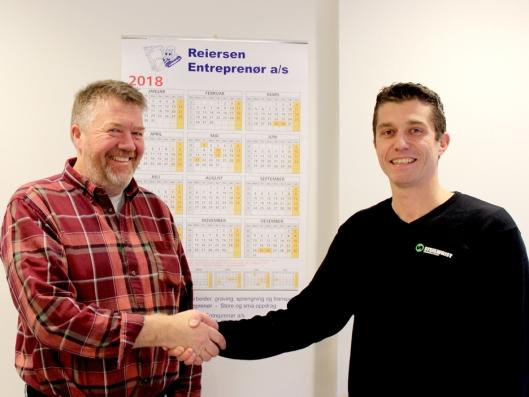 Daglig leder Audun Reiersen (t.v.) i Reiersen Entreprenør AS og key account manager, Stian Brække i Steelwrist AS signerte kontrakten.