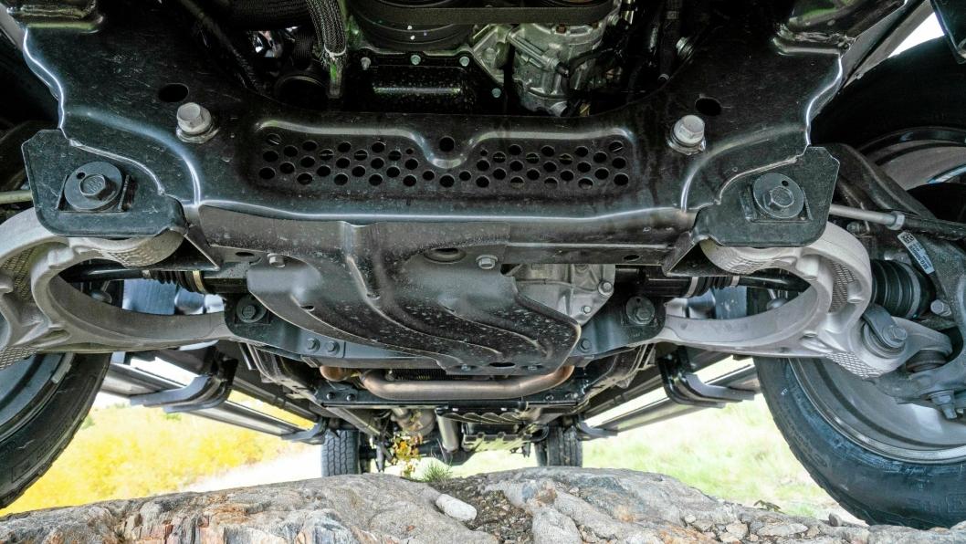 BESKYTTET: Det er flere skliplater som beskytter vitale komponenter under bilen.