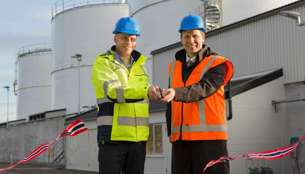 Daglig leder Thorbjørn Larsson i Air BP Nordics og direktør Aslak Sverdrup i Avinor, markerte åpningen av den oppgraderte terminalen under en seremoni mandag.