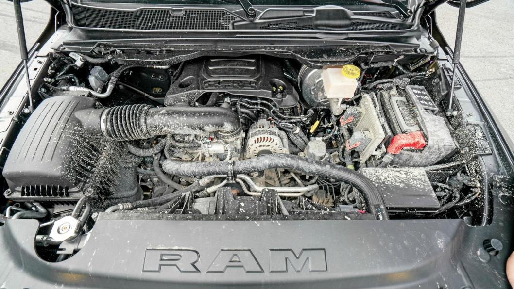 POWER: 5,7-liters V8 Hemi-motor med 395 hk og 556 Nm dreiemoment. Papirene opplyser at den bruker 0,98 l/mil på landeveiskjøring. Blandet kjøring er 1,28 l/mil og bykjøring bør du unngå med nesten 2-liter på mila.
