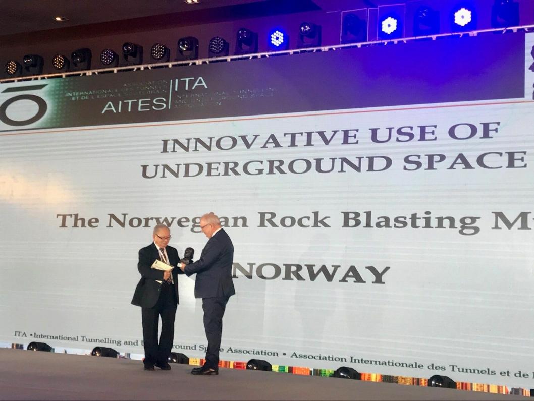 Styreleder Ola Woldmo i Norsk fjellsprengningsmuseum tok imot prisen under ITA Awards.