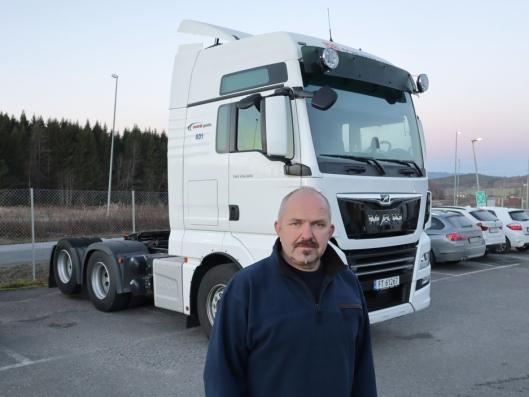 Atle Sølberg foran trekkvognen av typen MAN 28.500 6x2 BLS som også inngår i handelen.