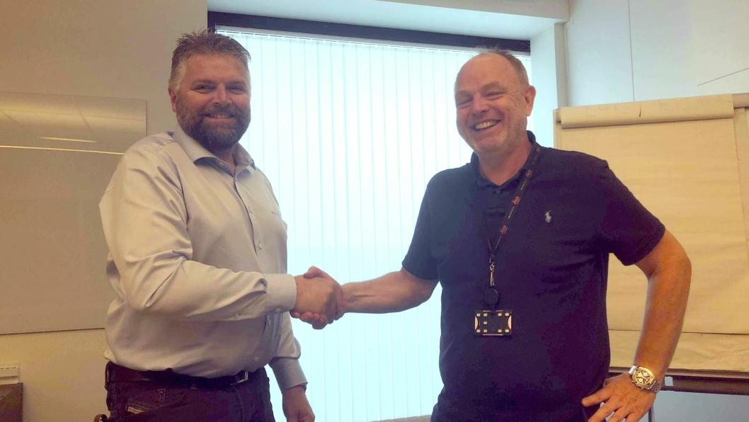 Even Sjøli, daglig leder i MjøsPlan AS (t.v.) og Vegard Sollie, daglig leder i Leica Geosystems AS signerte avtalen.