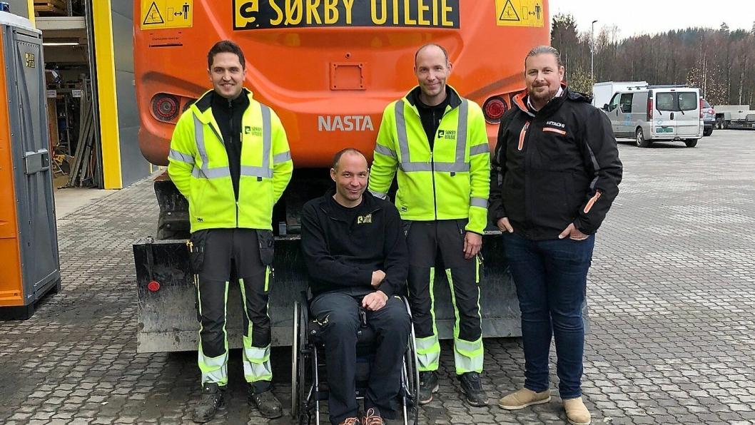 HANDEL: Martin Authen (t.v.), Erik Sørby og Lars Sørby har kjøpt 16 nye anleggsmaskiner av Sjur Wethal (t.h.) og Nasta.