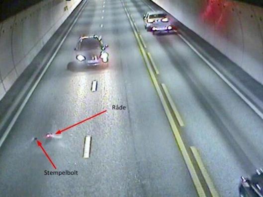 En stempelbolt og en rødglødende råde ble liggende i veibanen i tunnelløpet etter at motorhavariet inntraff.