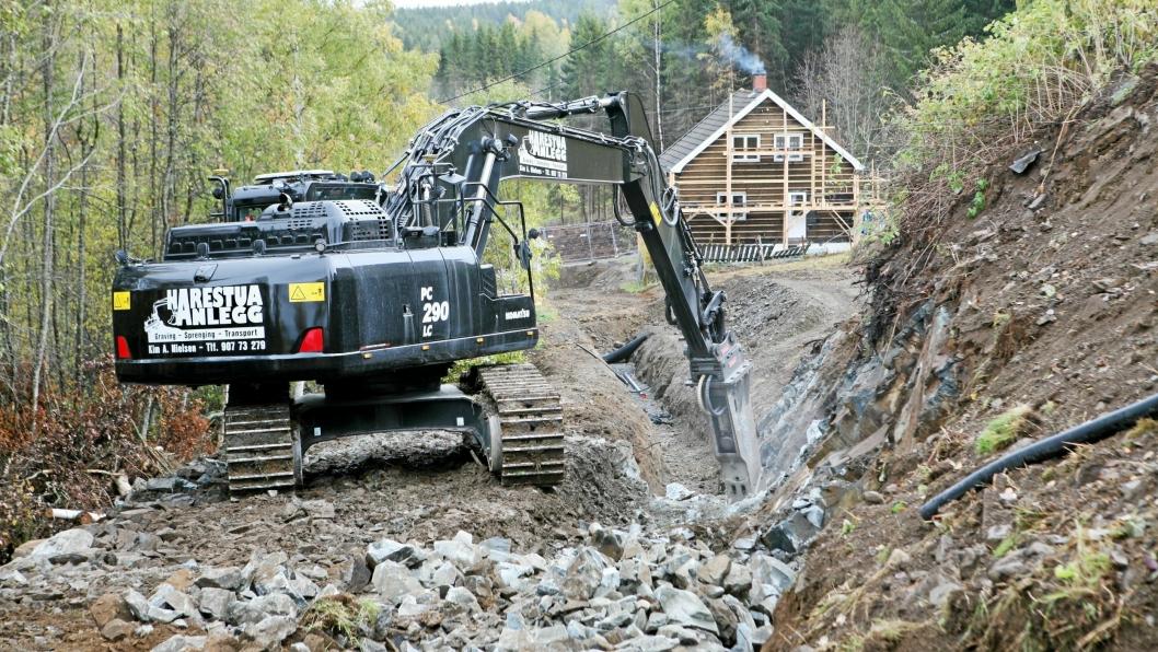VA-GRØFT: «Kubikk-Nielsen» og hans nye Komatsu PC290LC-11 hamrer løs på en fjellrabbe i ei VA-grøft på Jevnaker.