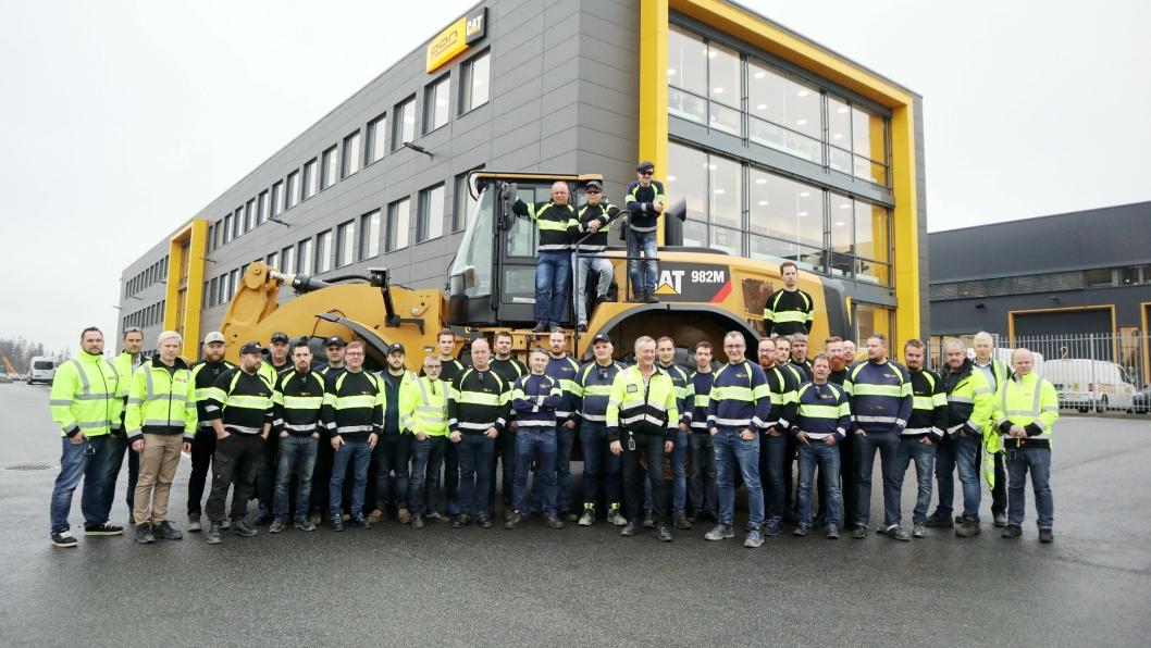 MEKANIKERNE: Vassbakk & Stol hadde med mekanikere, servicemedarbeidere og sveiserne til Pon Equipment på Berger nord for Oslo for å markere årets storhandel av Cat-maskiner.