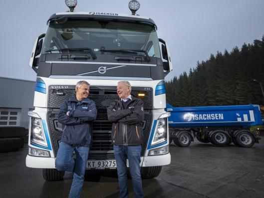 Takk for handelen sier Leif Ole Løvås, selger i Volmax Kongsberg (t.h.) til Frank Ole Sørensen, daglig leder i Hæhre & Isachsen Maskinutleie AS.