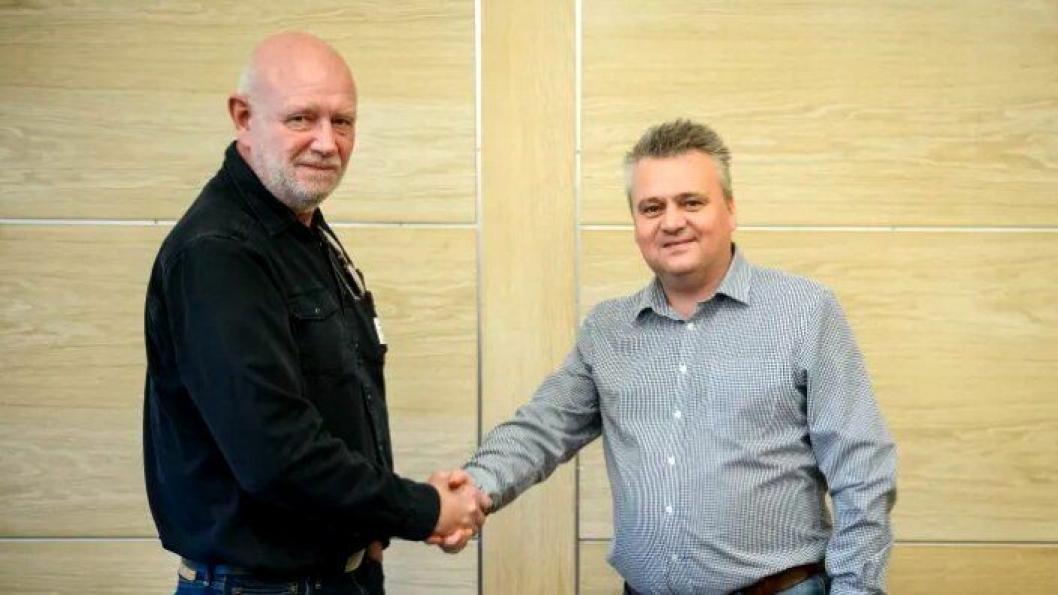 Fra venstre: Lars Johnsen (Norsk Transportarbeiderforbund) og Jørn Eggum (Fellesforbundet) signerte avtale om sammenslåing.