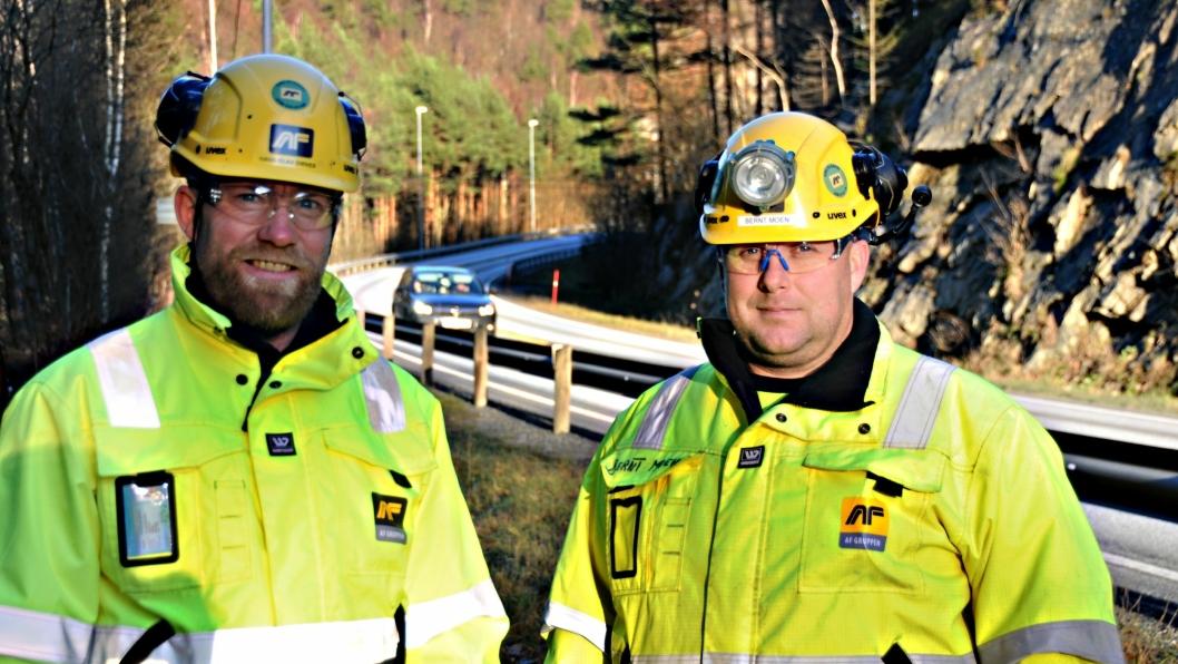 Prosjektleder Hans Olav Omnes (t.v.) og Bernt Moen (driftsleder vei) fra totalentreprenør AF Gruppen ved Døle bru i Mandal. I bakgrunnen hvor bilen befinner seg starter AF Gruppen anleggsarbeidene i terrenget.