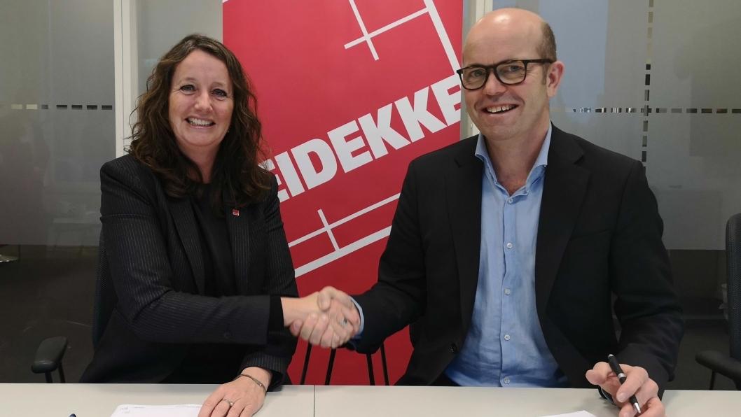 Direktør prosjektutvikling i Entra, Per Ola Ulseth, og direktør Birte Almeland i Veidekke Bygg Vest signerte kontrakten for bygget som blant annet skal huse nytt skattekontor i Trondheim.