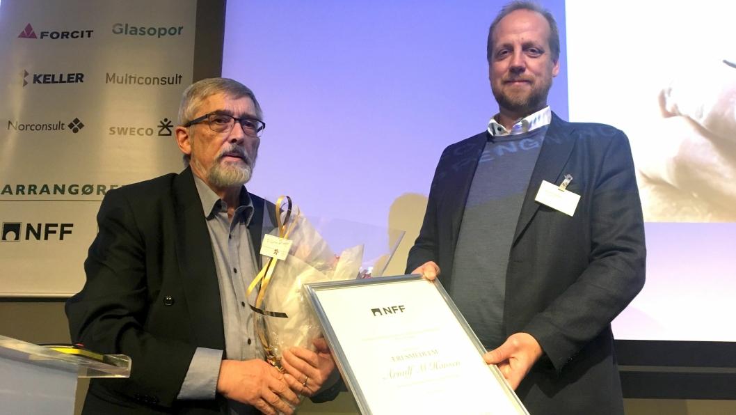 Arnulf Martin Hansen (t.v.) ble tildelt æresmedlemskap i NFF på Fjellsprengningskonferansen 2018 i Oslo. Styreleder Øyvind Engelstad sto for tildelingen.