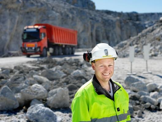 Raymond Langfjord, daglig leder ved gruven til Brønnøy Kalk, ser nye muligheter innenfor teknologi. - Ved å ta i bruk en selvkjørende løsning styrker vi konkurranseevnen vår i et tøft globalt marked, sier han.
