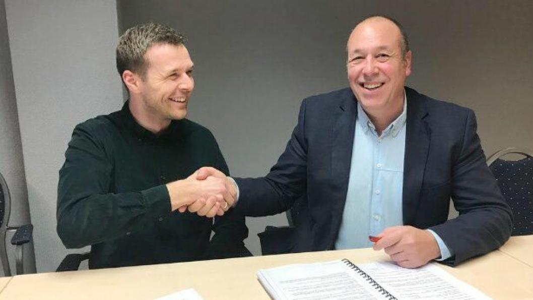 Endre Øren (t.v.), prosjektleder Donar AS og Svein Reidar Dale, prosjektleder i Statens vegvesen signerte avtalen.