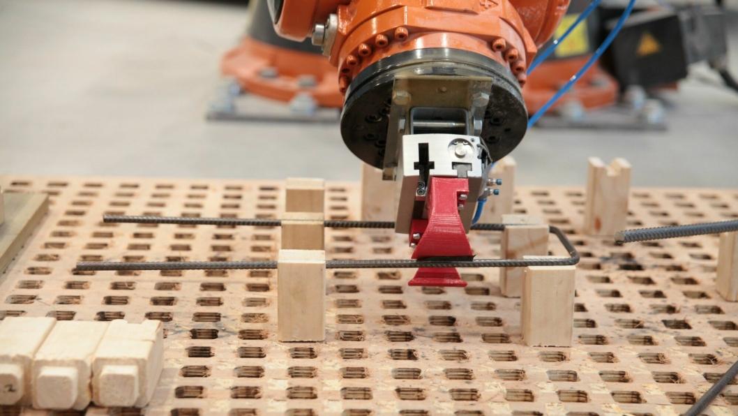 Robot i sving med å prefabrikkere armeringskurver.