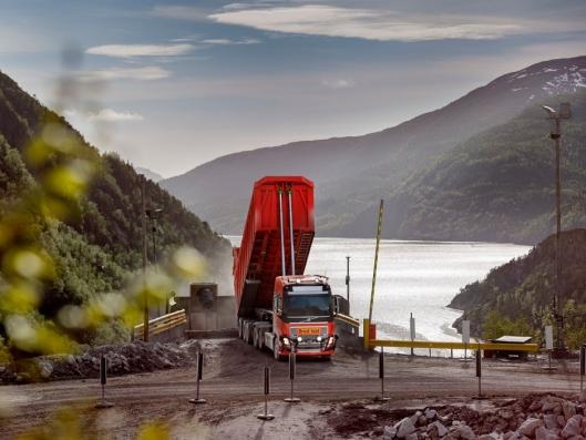 Seks førerløse Volvo FH16 -lastebiler skal transportere kalkstein på en fem kilometer lang strekning gjennom tunneler mellom gruven til Brønnøy Kalk og knuseren.