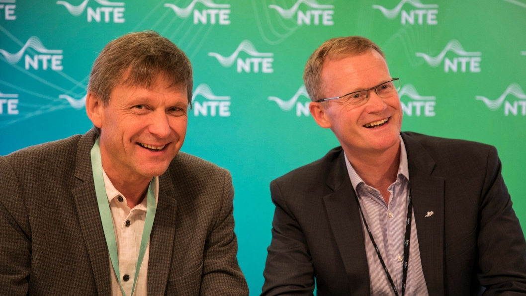 Svenn-Aage Bråtene, prosjektsjef Skanska Anlegg og Kenneth Brandsås, adm. direktør NTE Energi AS signerte kontrakten på bygging av Nedre Fiskumfoss kraftverk.