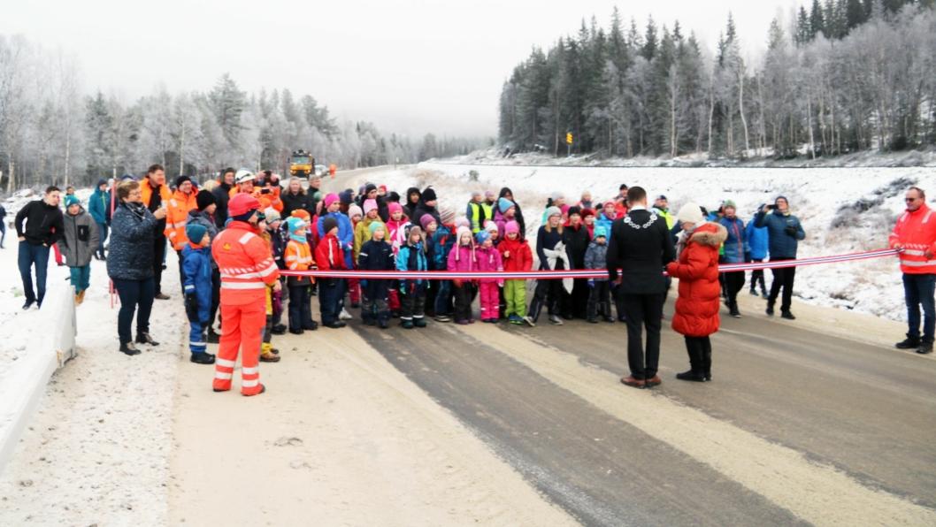 Det var stor festivitas da den nye veien ble åpnet.