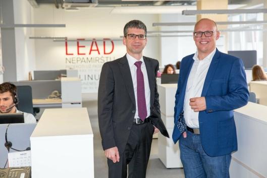 Edvardas Liachovičius CEO i Girteka (til venstre), forteller at DAF-ene har overgått selskapets forventninger. Her sammen med kommunikasjonsdirektør Kristian Kaas Mortensen ved selskapets hovedkontor i Vilnius.