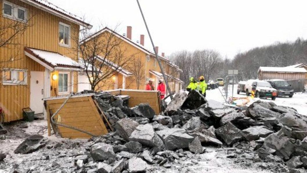 Ingen ble skadd av steiner som traff en husvegg og som gikk igjennom et soveromsvindu, da en feildimensjonert salve ble satt av på Hunstadmoen.