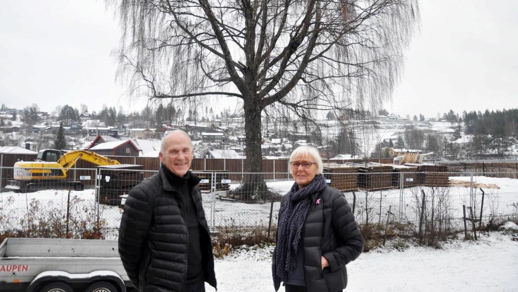 - Fint at det gamle, flotte treet ble reddet, sier ekteparet Paul og Anne-Marte Biseth i Landstadsgate.