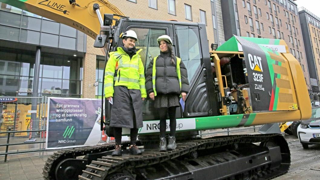 Byråd for miljø og samferdsel Lan Marie Berg på beltet under markeringen av første spadetak i Storgata i Oslo. Til venstre står Etatsdirektør i Bymiljøetaten Gerd Robsahm Kjørven.