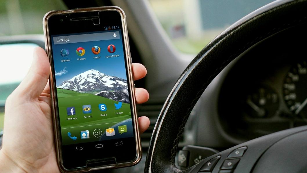 En sjåfør som utfører håndholdt mobiltelefonbruk under kjøring «belønnes» med to prikker i førerkortet, alternativt fire prikker i prøveperioden, fra og med 1. januar 2019.